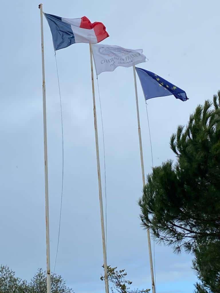 vins-pessac-leognan-l-apprenti-sommelier-chateau-de-france-batiment-principal-tour-drapeau