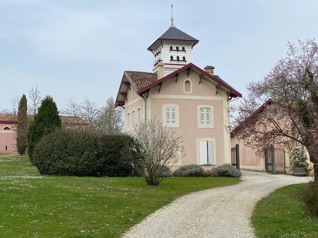vins-pessac-leognan-l-apprenti-sommelier-chateau-haut-bergey-visite-batiment-pigeonnier